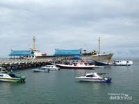 Aktifitas Pelabuhan Tanjung Batu di dominasi oleh speed boat yang akan mengantar wisatawan