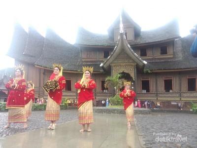 Serasa Jadi Keluarga Raja Saat Liburan di Istana Pagaruyung Sumbar