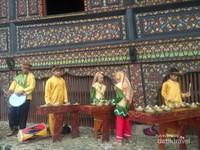 Alunan musik khas Minang