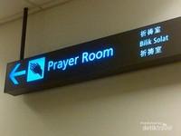Petunjuk arah menuju Bilik Solat di Bandara Changi, Singapura