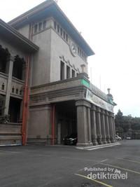 Tampak samping gedung