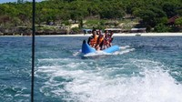 Bermain banana boat di Pantai Bara, menjadi aktivitas seru yang dapat dilakukan
