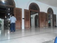 Masjid Sunan Ampel tampak depan, tempat jamaah pria sholat. pintu dan jendelanya terbuat dari kayu jati