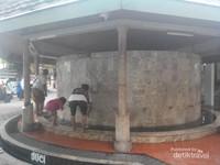 Tempat wudhu pria, diluar bangunan dan berbentuk segi enam.