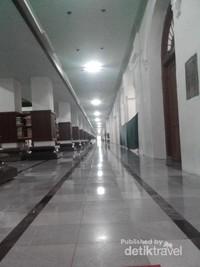 Lorong menuju tempat shalat. d isetiap tiangnya diletakkan Alquran dan berbagai macam bacaan tentang agama islam,