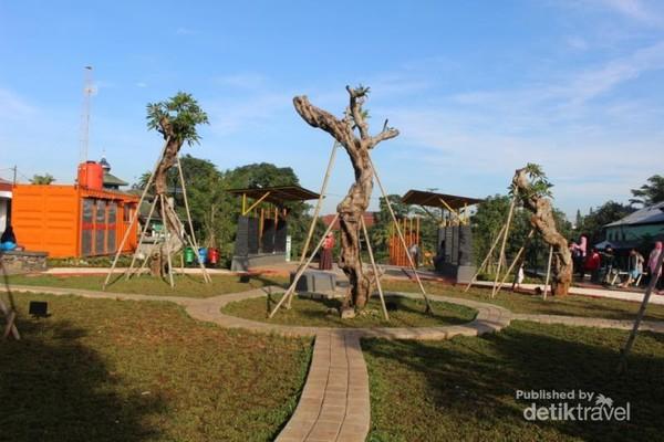 Pohon-pohon yang terus ditambah untuk mempercantik taman dan tempat duduk juga telah tersedia