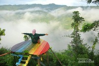 Warna-warni keceriaan hatimu ketika berada tinggi di alam bebas, dengan hamparan pegunungan dan yang diselimuti desiran awan