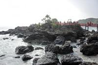 Jembatan menghubungkan batuan karang