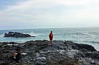Batuan karang dengan fenomena gebyuran ombak