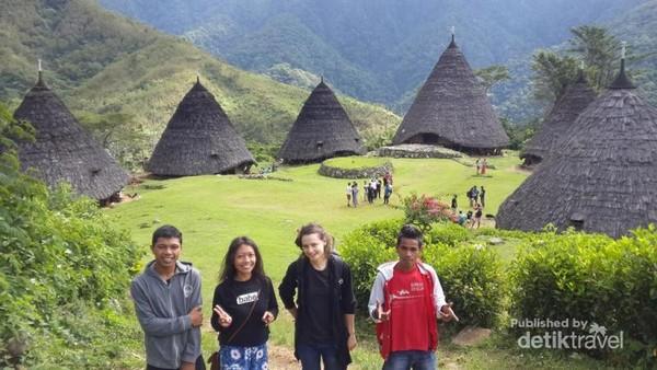 Berfoto dulu sebelum meninggalkan Desa Wae Rebo