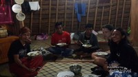 Makan malam bersama salah satu kerabat ketua adat Desa Wae Rebo, tampak juga area tempat tidur kami