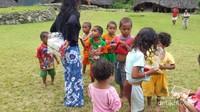 Membagi snack untuk anak anak Desa Wae Rebo