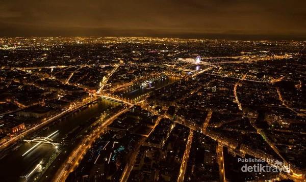 Sisi utara Menara Eiffel terdapat Sungai Seine membagi Paris menjadi dua bagian.