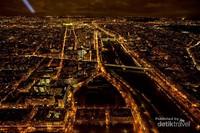 Sisi selatan menara Eiffel terdapat Jembatan Pont de Bir Hakeim