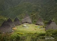 Rumah adat Desa Wae Rebo atau di sebut Mbaru Niang