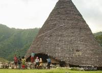 Wisatawan tiba di Desa Wae Rebo dan mengikuti upacara Adat