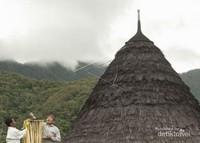 Tetua adat melakukan ritual adat menyambut pergantian musim atau disebut