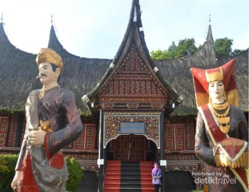 Ngabuburit Sambil Belajar Sejarah Minang di Istana Baanjuang