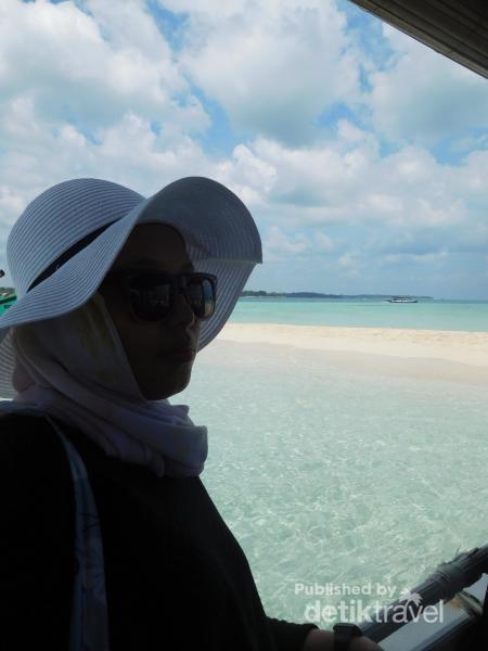 Tak kalah indah dengan Maldives, membuat pulau pasir ini menjadi favorit sebgai tempat berfoto