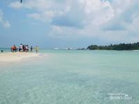 Pulau pasir yang menjadi wisata populer di Belitung