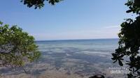 Menikmati keindahan laut dari atas bukit  Pulau Karampuang