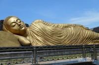 Patung Budha Tidur dilihat dari dekat