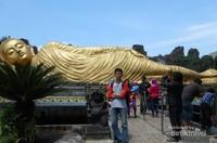 Pengunjung juga bisa berfoto di dekat patung Budha