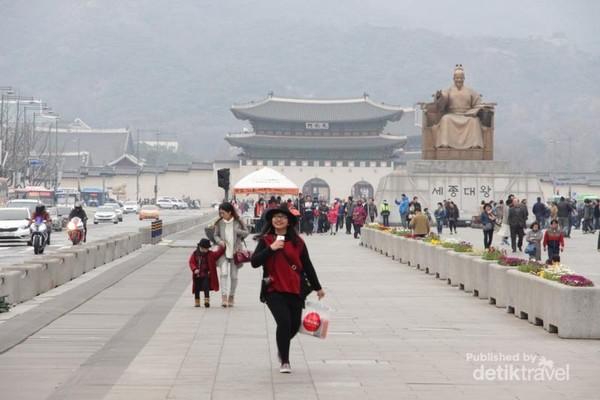 Gwanghwamun Square dengan latar Istana Gyeongbokgung dan Patung Raja Sejong