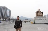 Saya saat menikmati suasana di Gwanghwamun Square dengan latar Patung Raja Sejong
