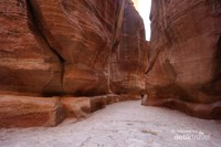 Tidak sempurna rasanya jika ke Timur Tengah tidak ke Yordania dan tidak menyempatkan mampir ke Petra. Di sini kita akan disuguhi sebuah pemandangan gunung berbatu yang dipahat begitu eloknya. Pahatan batu tersebut merupakan peninggalan ribuan tahun yang lalu