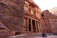 Daerah ini menjadi ibu kota serta tempat pertahanan Kerajaan Nabatean sejak abad 4 SM sampai abad 2 M. Semua peninggalan bangunan dan makam di tempat ini dipahat pada bukit tebing batu berwarna kemerahan. Itulah sebabnya tempat ini juga dikenal sebagai The Red Rose City