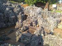 Dinding di sekitar gua terbuat dari batu karang dari pantai selatan