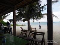 Makan siang di Pulau Gede Kepayang ditemani pemandangan indah