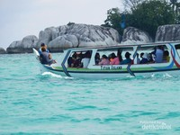 Kapal yang mengangkut wisatawan