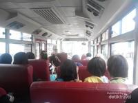 Suasana di dalam bus, 20 an peserta dengan 1 orang pemandu