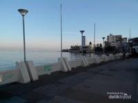 Pantai Losari yang merupakan ikon dari Kota Makassar, tempat yang wajib dikunjungi