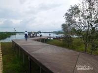Dermaga dari rumah keong menuju ke danau