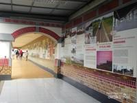 Setelah membeli tiket, pengunjung akan melewati lorong panjang yang sepanjang dindingnya terdapat penjelasan mengenai sejarah perkereta apian di Indonesia