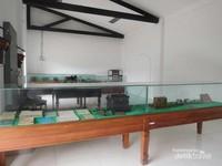Selain kita bisa melihat koleksi lokomotifnya, pengunjung juga bisa melihat sejarah peralatan yang biasa digunakan di kantor administrasi perkerata apian