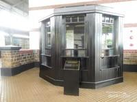 Loket kayu ini berasal dari Stasiun Demak yang terbuat dari kayu jati. dahulu hampir semua stasiun bentuk loketnya seperti ini
