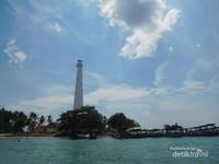 Pulau Lengkuas dari kejauhan, ditandai dengan mercusuar yang menjulang.
