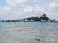 meski tak dapat naik ke mercusuar kita masih bisa menikmati keindahan pantai pulau lengkuas ini.