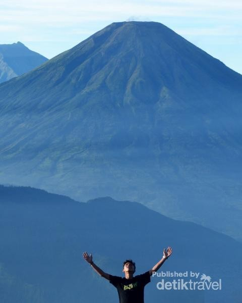 Gunung Prau dengan background Gunung Sindoro