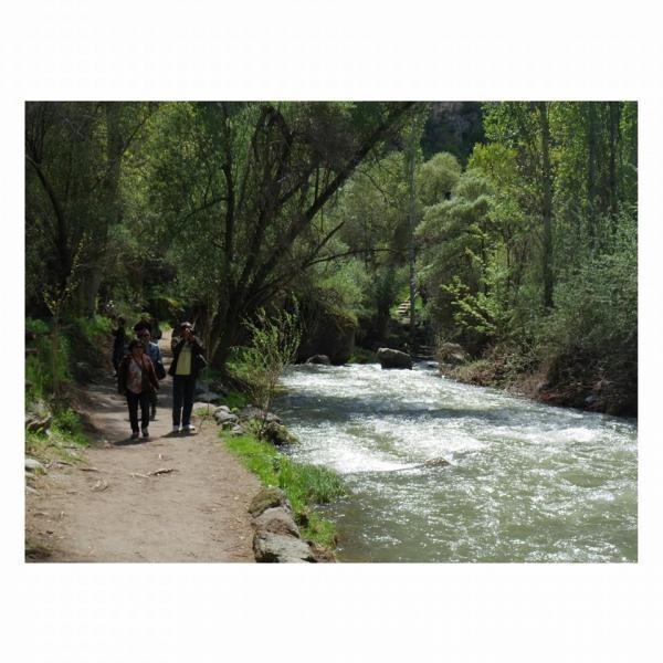 jalur trekking dengan sungai yang sangat indah