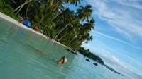 Berenang adalah pilihan sempurna menikmati pantai ngurbloat