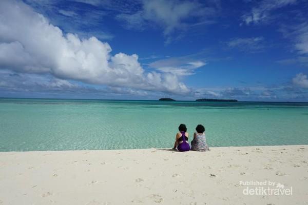 Menikmati air tenang dari tepian Pantai ngurtafur