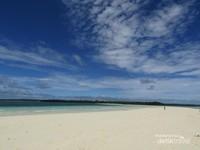 Pantai ngurtafur, pasir timbulnya hampir mencapai 2km dari pinggir pulau. dan yang paling keren adalah, Anda bisa lihat langsung lihat dari Google Earth, wow!