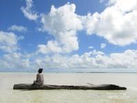 Pantai Ohoidertawun ketika pasang surut, sejauh mata memandang hanya pasir putih. sungguh pemandangan yang menabjubkan