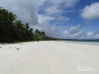 Pantai Matwaer tersembunyi dan jarang didatangi, cocok untuk melepas penat sehingga membuat kita dapat berlama-lama menikmatinya.