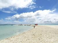 Menikmati dengan begitu seksama, pasir putih dan biru langit serta air laut yang begitu indah
